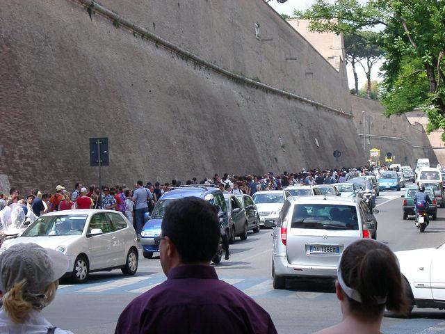 Chaos auf den Strassen Roms (und Fussgänger, die vor den Vatikanischen Museen in der Reihe stehen)